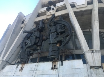 Sculpture of two clowns over the entrance to the Chișinău State Circus