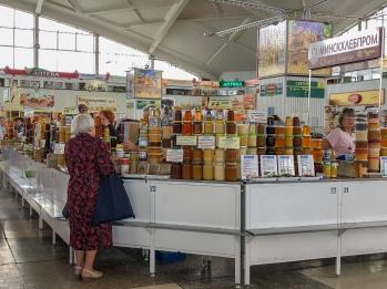 Honey for sale at Komarovskiy Market